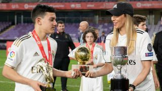 José Antonio Reyes Jr. con el premio a mejor jugador y la Bota de Oro de LaLiga Promises.