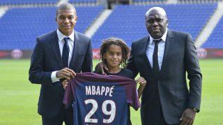 Kylian Mbappé junto a su hermano, Ethan, y su padre durante su presentación con el PSG. (Getty)