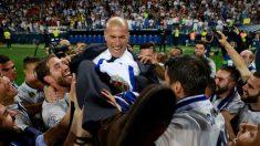 Zinedine Zidane, manteado por sus jugadores tras ganar la Liga. (Getty)