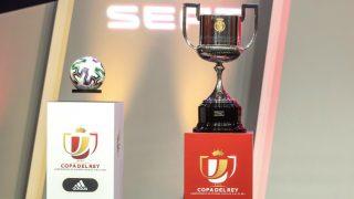 La Copa del Rey y el balón con el que se jugará el torneo. (EFE)