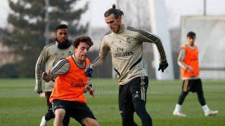 Bale, conduciendo un balón ante la atenta mirada de Odriozola. (realmadrid.com)