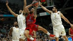 Mike James entra a canasta. (Getty)