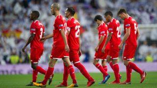 Los jugadores del Sevilla abandonan el Santiago Bernabéu en la 17-18 tras perder 7-3 ante el Real Madrid (Getty).