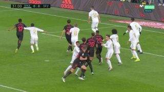 Gudelj bloquea a Militao y el árbitro anula el gol de De Jong. (Captura de pantalla)