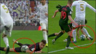 Munir tocó dos veces el balón con la mano antes de que marcara De Jong.
