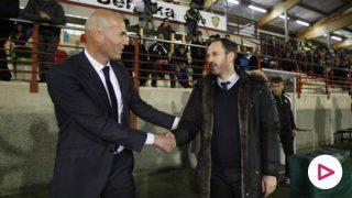 Zidane y Jabi Luaces se saludan antes del partido. (Foto: Maika Salguero // El Norte de Castilla)