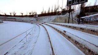 Las gradas de Las Pistas completamente nevadas. (EFE)