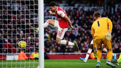 Martinelli empujando uno de los dos goles que le hizo al Liverpool de Klopp. (Getty)