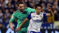 Dani Carvajal intenta quitar un balón a Kagawa. (EFE)