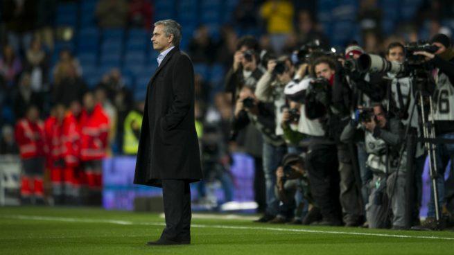 Mourinho, solo en el césped del Bernabéu.