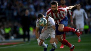 Felipe pelea un balón con Karim Benzema durante el Real Madrid – Atlético. (AFP)