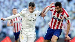 Felipe disputa un balón con Fede Valverde. (EFE)
