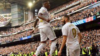Vinicius Jr celebra con Benzema el gol del Madrid. (AFP)