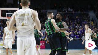 Los jugadores del Joventut celebran la victoria. (ACB)