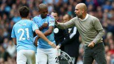Pep Guardiola da instrucciones a sus jugadores durante un partido. (Getty)