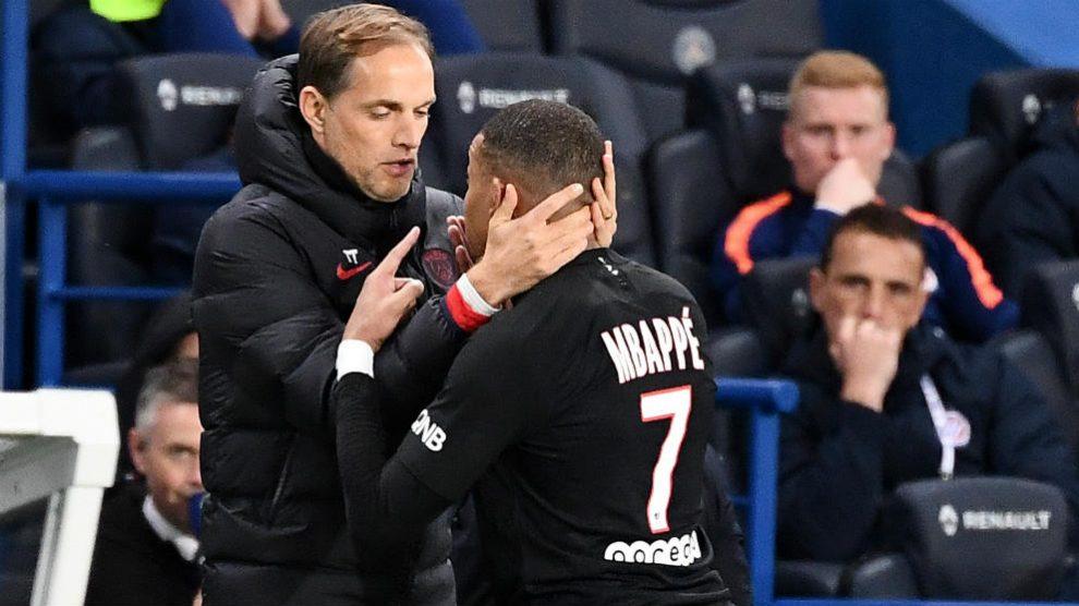Tuchel abraza a Mbappé tras sustituirle ante el Montpellier. (AFP)