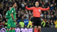 Mateu Lahoz, durante el partido. (AFP)