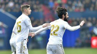 Isco celebra con Valverde su gol a Osasuna. (AFP)