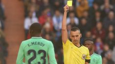 Ferland Mendy ve una cartulina amarilla. (Getty)