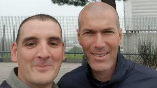 Ignacio Fernández con Zinedine Zidane tras el impacto (La Voz de Galicia).
