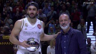 Campazzo recibe el MVP.