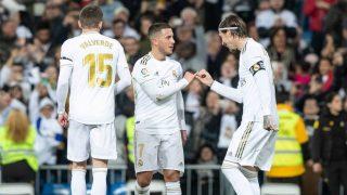Hazard y Ramos se saludan tras el gol del capitán. (EFE)