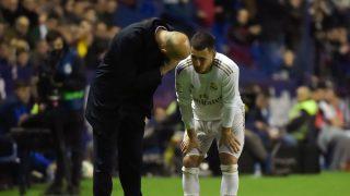 Hazard habla con Zidane. (AFP)