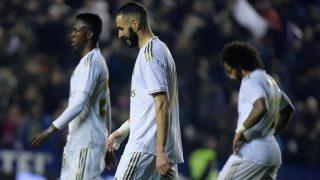 Benzema, Marcelo y Vinicius, tras el gol del Levante. (AFP)