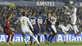 Casemiro cabecea en un córner en el Levante-Real Madrid (Getty)