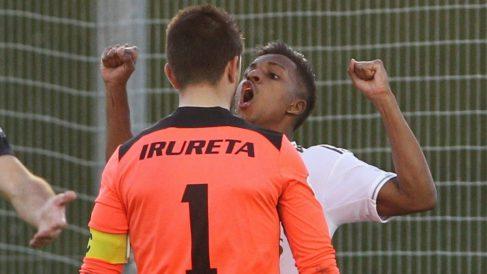 Rodrygo celebra su gol en la cara del portero rival y es expulsado. (EFE)