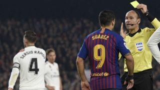 Mateu Lahoz amonesta a Luis Suárez en un Clásico. (AFP)