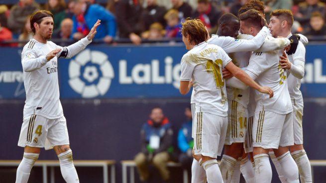 El Real Madrid celebra su última victoria liguera, ante Osasuna (AFP).