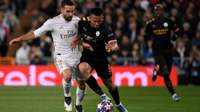 Gabriel Jesús y Carvajal pelean por un balón (AFP).