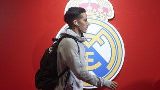 Lucas Vázquez con el escudo del Real Madrid de fondo. (Getty)