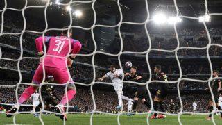 Benzema cabecea en el área en el Real Madrid-Manchester City. (EFE)