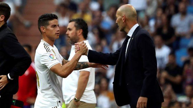 James Rodríguez y Zidane se dan la mano (EFE).