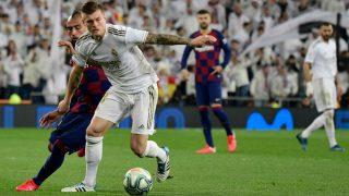Kroos controla la pelota ante Vidal en el Real Madrid-Barcelona. (AFP)