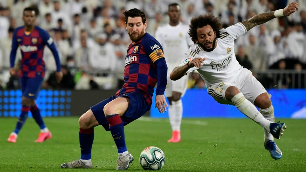 Leo Messi y Marcelo pelean por un balón. (AFP)