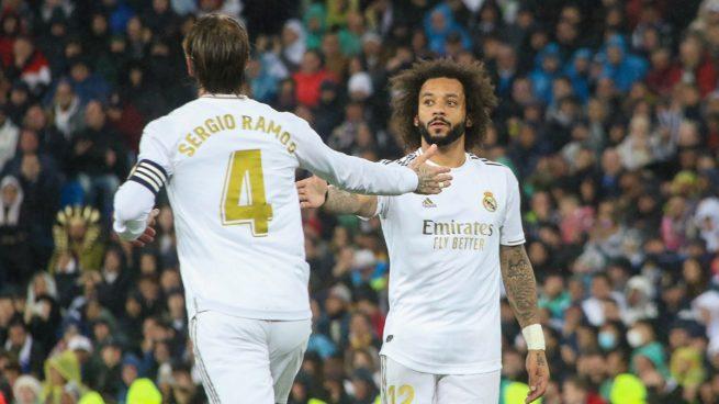 Sergio Ramos y Marcelo se saludan durante el Real Madrid-Barcelona. (Juanma Yela)