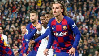 Piqué, Vinicius, Semedo y Griezmann, esperando el saque de un corner. (Enrique Falcón)