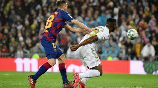 Jordi Alba empuja a Vinicius por detrás con las dos manos. (Getty)