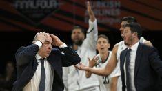 Pablo Laso se lamenta en un partido del Real Madrid de baloncesto. (AFP)