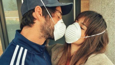 Isco y Sara Sálamo se besan con las mascarillas puestas.