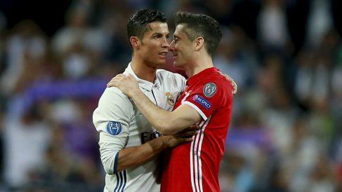 Cristiano Ronaldo y Robert Lewandowski tras un partido entre Real Madrid y Bayern de Múnich. (Getty)