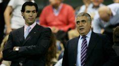 Lorenzo Sanz, junto a su hijo Lorenzo, en un partido en Italia. (AFP)