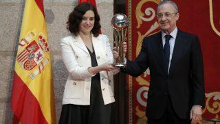 Isabel Díaz Ayuso y Florentino Pérez durante la visita del Real Madrid a la Comunidad de Madrid tras conquistar la Copa del Rey de baloncesto. (Getty)