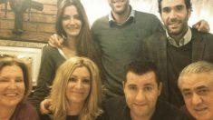 Paco Sanz, al lado de su padre en una foto de familia.