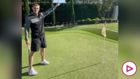 Bale muestra sus habilidades con los palos de golf.