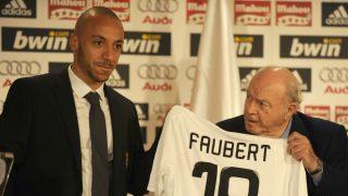 Julien Faubert, durante su presentación con el Real Madrid. (AFP)