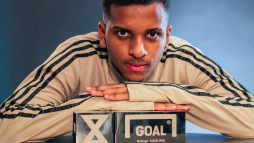 Rodrygo, con el trofeo que le acredita como mejor joven del mundo. (Goal)